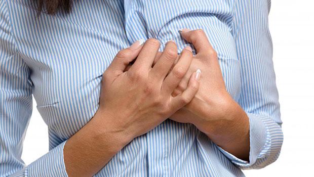 چرا قبل از قاعدگی دچار درد سینه می شوم؟